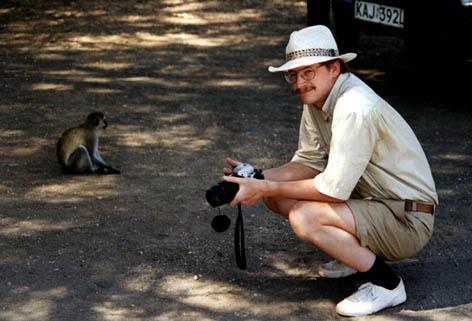Marcus Haas in Kenia mit einer Meerkatze